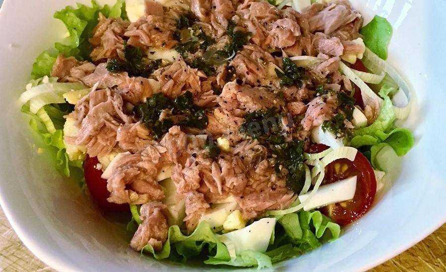 Салат с тунцом консервированным – как без особых усилий превратить блюдо в шедевр?