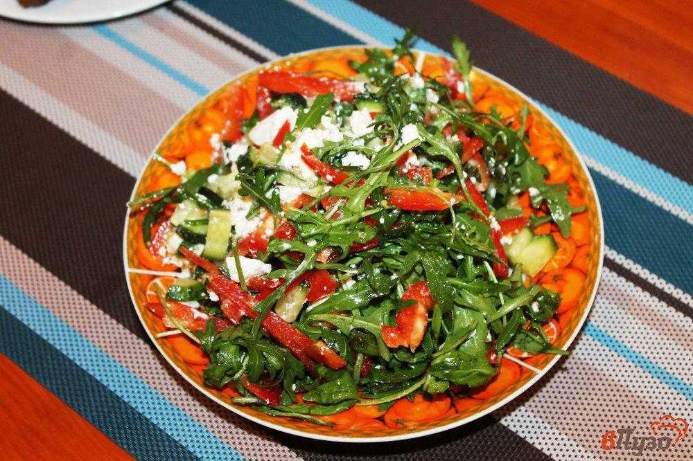 Салат с брынзой, помидорами, болгарским перцем и огурцами