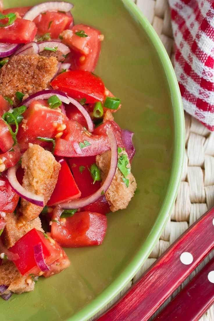 Салат панцанелла — 3 вкусных рецепта итальянского хлебного салата