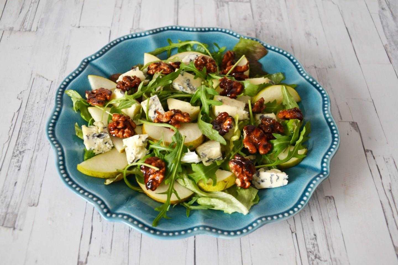 Салат из груши и рукколы с кедровыми орешками