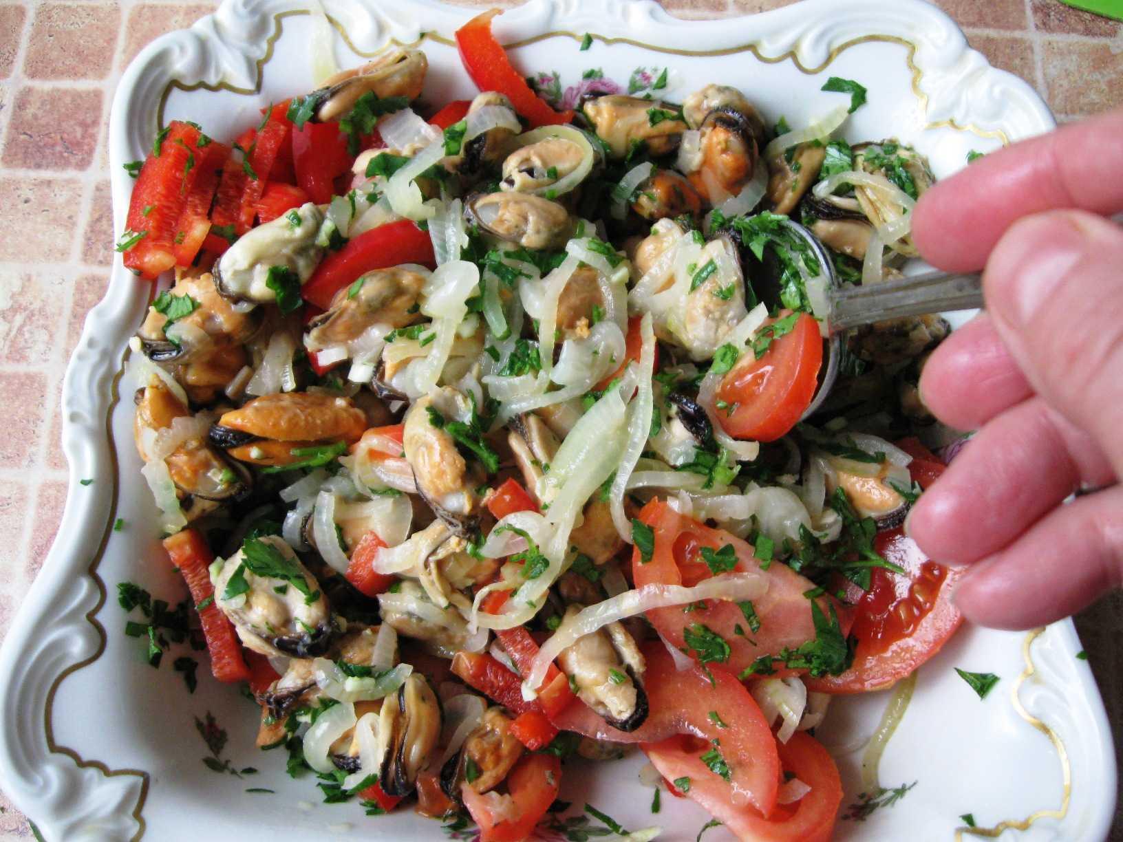 Солнечный салат с мидиями и мандаринами