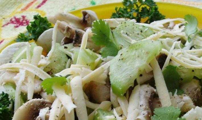 Салат с шампиньонами, свежими огурцами