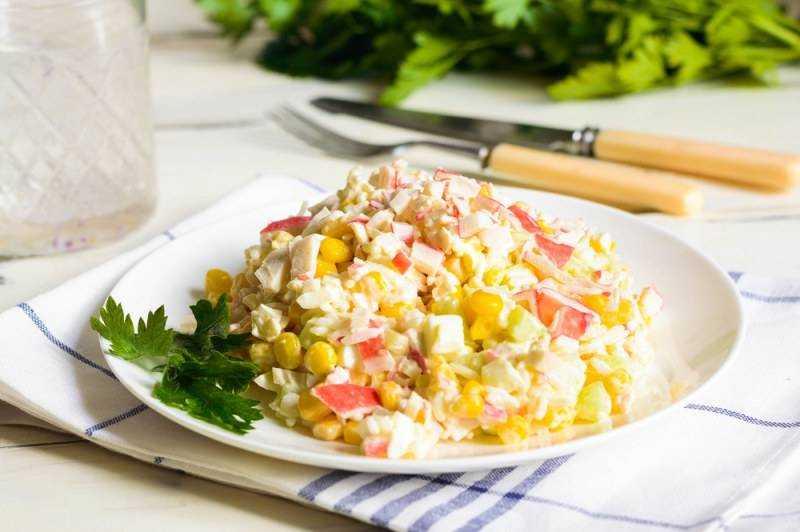 Салат с крабовыми палочками и кукурузой - 10 рецептов с пошаговыми фото