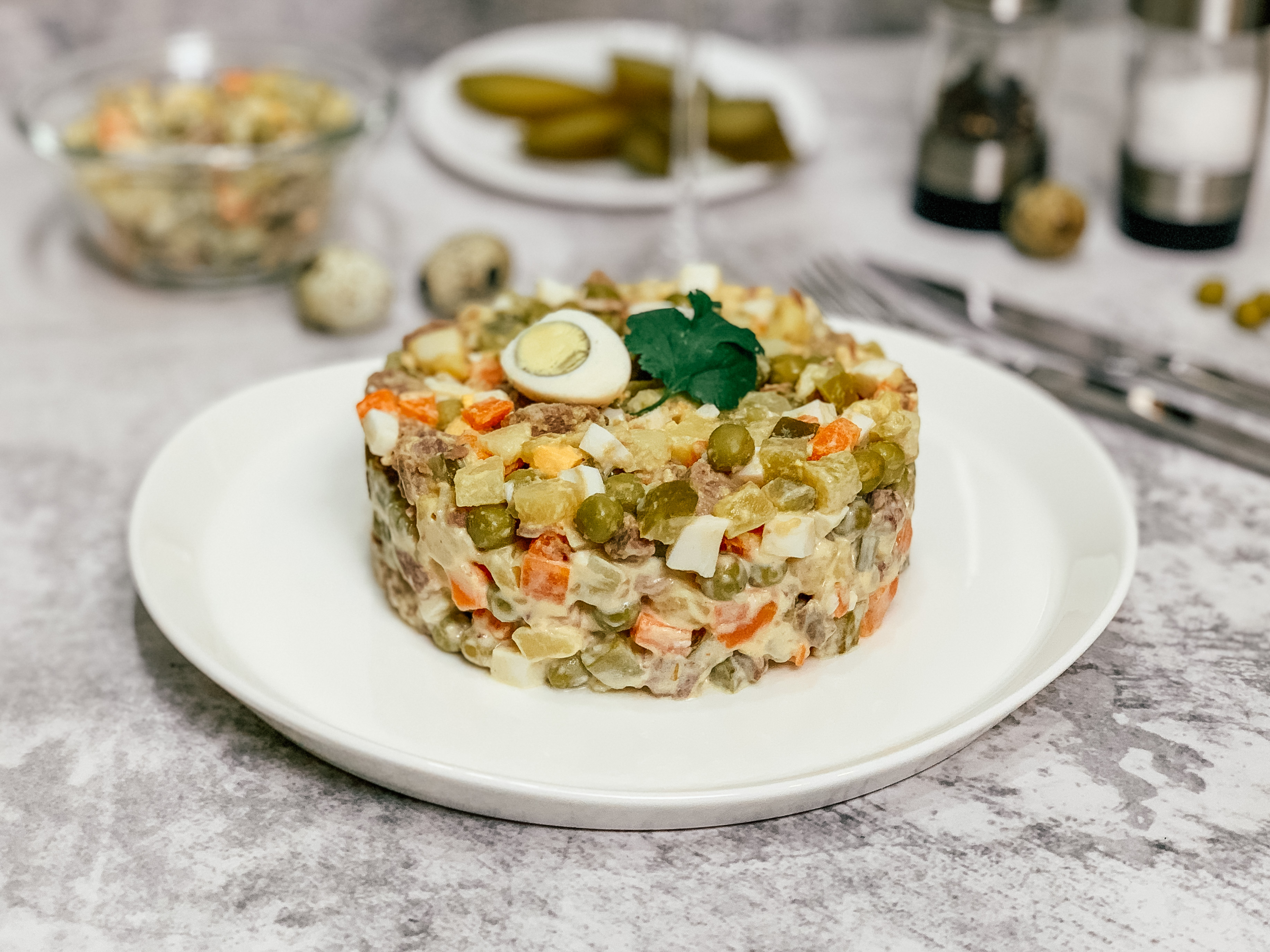 Салат нежный с сыром и ветчиной с яблоком