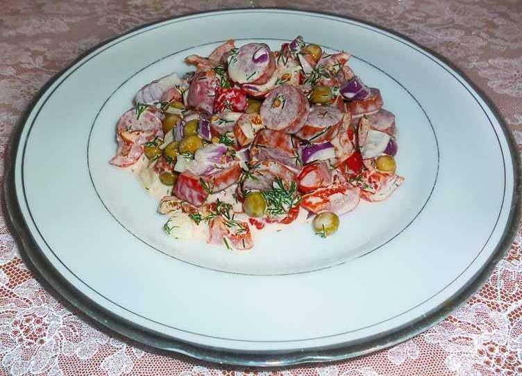 Салат с охотничьими колбасками и фасолью