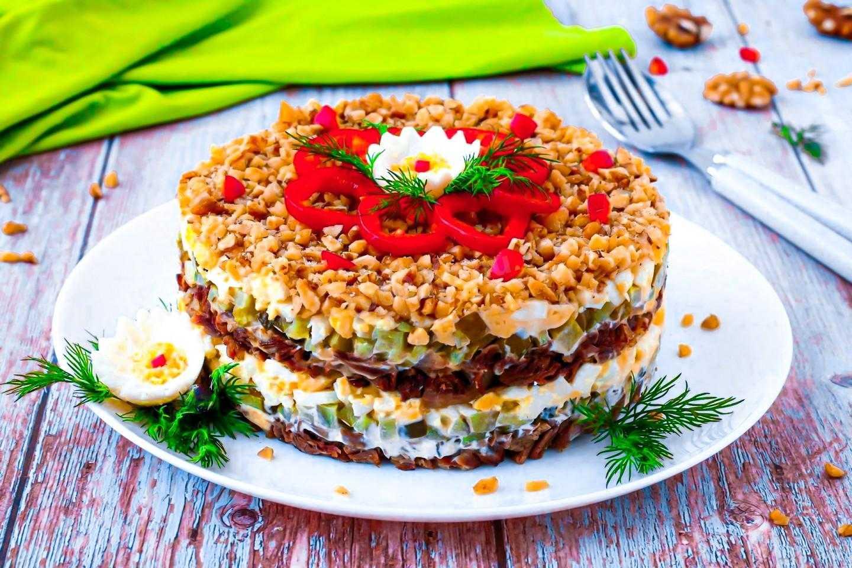 Салат новинки с сельдереем и грецкими орехами рецепт с фото пошагово - 1000.menu