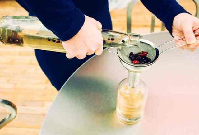 Можжевеловая настойка на самогоне: рецепты на ягодах, на ветках