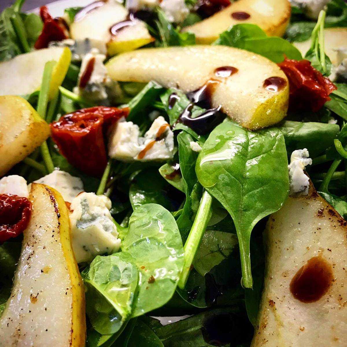 Салат с грушей и кедровыми орехами
