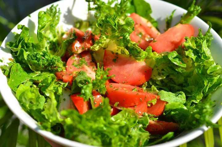 Салат с помидорами, творогом и базиликом