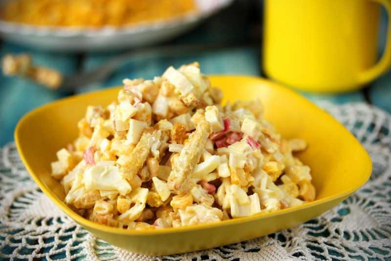 Рецепт салата с кириешками — простые,сытные, легкие в приготовлении блюда выручат вас в любой ситуации