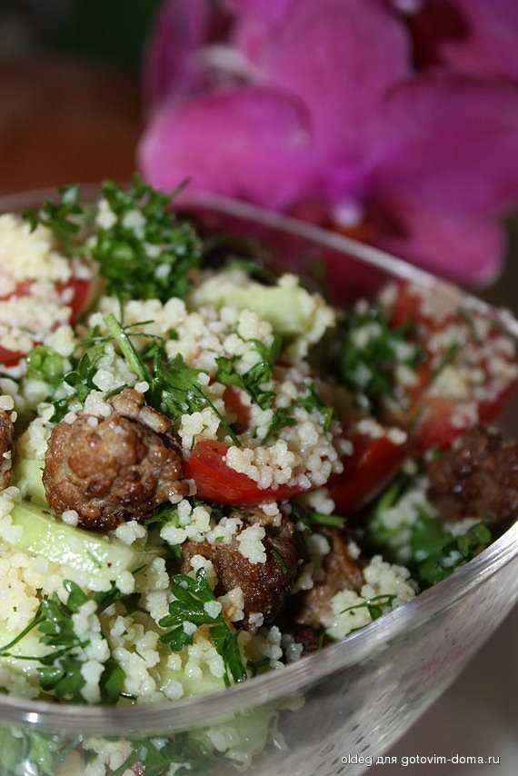 Салат из куриной грудки со сливами и кускусом