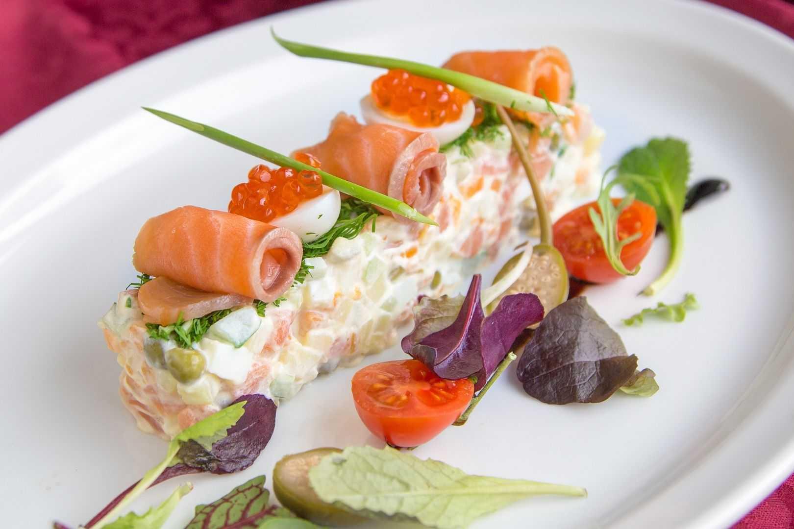 Салаты с лососем - 15 рецептов (с соленой, консервированной рыбой)