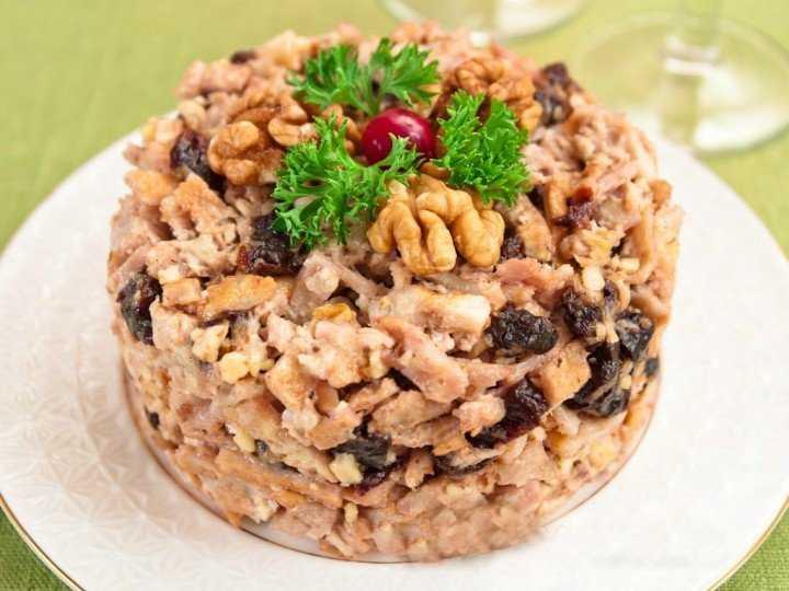 Салат курица с черносливом и грецким орехом рецепт с фото пошагово и видео - 1000.menu