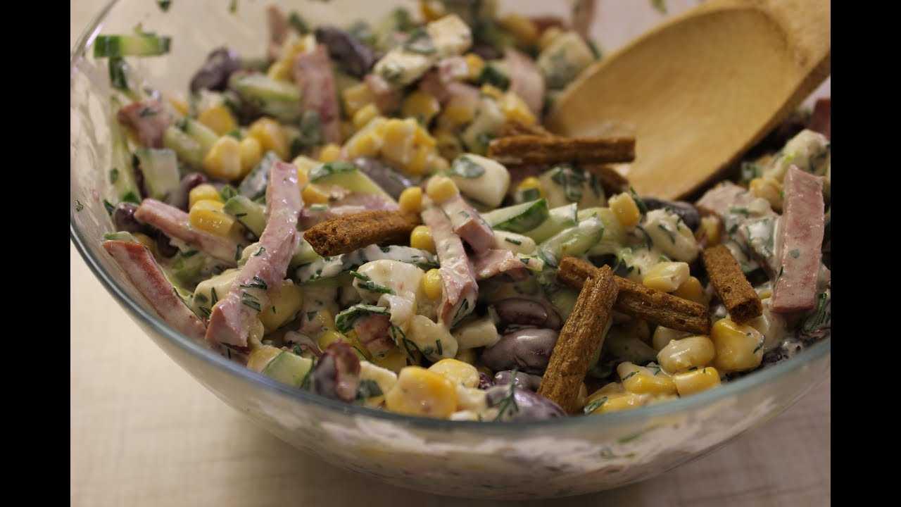 Салат с красной фасолью, огурцами и копченой колбасой