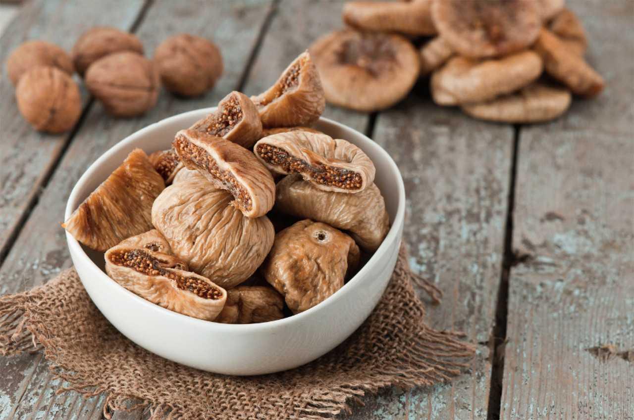 Инжир сушеный: польза и вред для организма, химический состав и противопоказания
