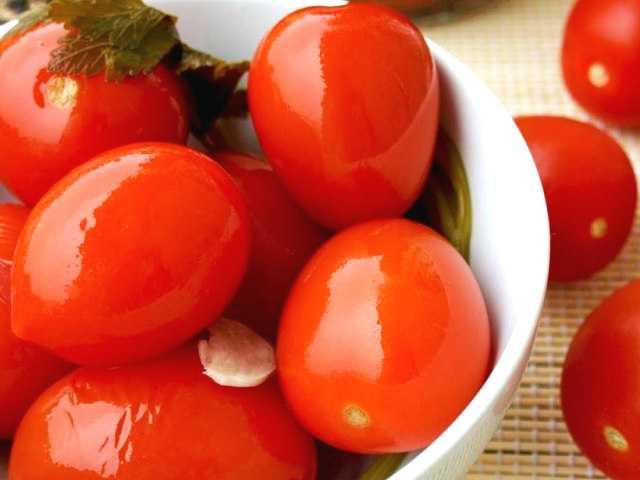 Соленые помидоры в банках как бочковые