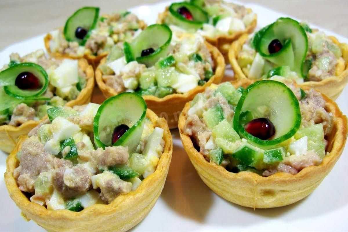 Тарталетки с копченой рыбой и огурцом салат
