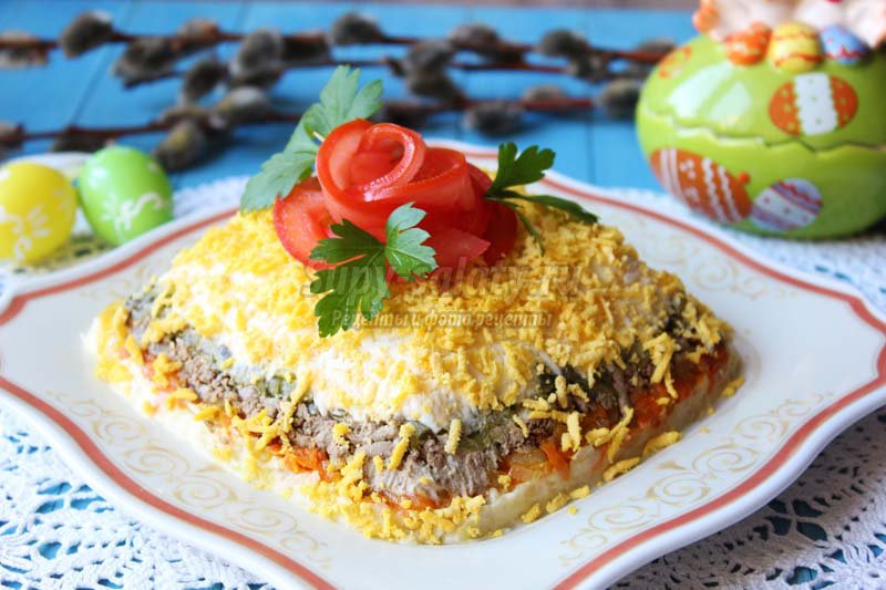 Слоеный салат с печенью: 8 вкусных рецептов