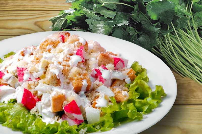 Салат крабовый классический с кукурузой и рисом рецепт с фото пошагово и видео - 1000.menu