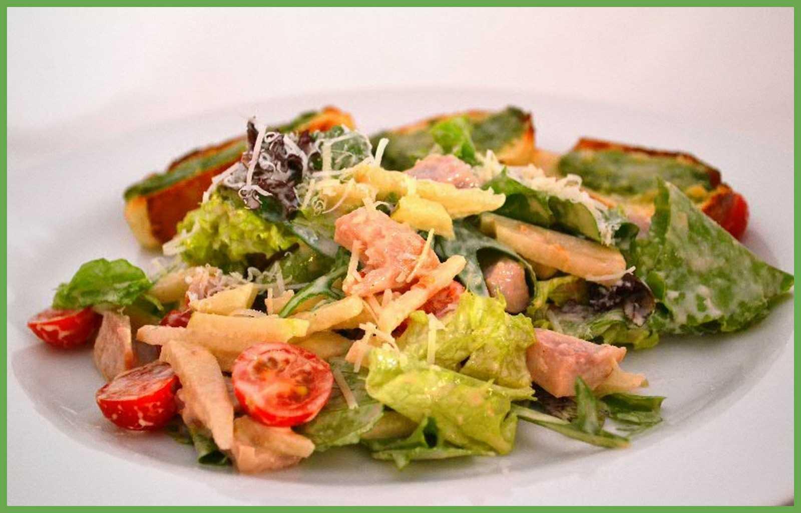 Салат петух с копченой курицей, помидорами и сыром рецепт с фото - 1000.menu
