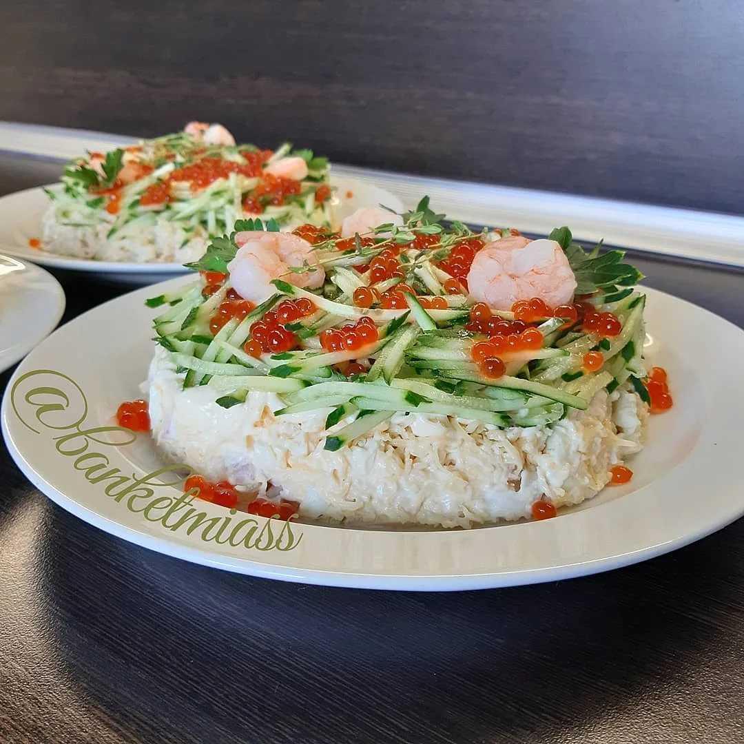 Салат морской бриз с креветками и кальмарами, крабовыми палочками, икрой, рыбой, мидиями. рецепты