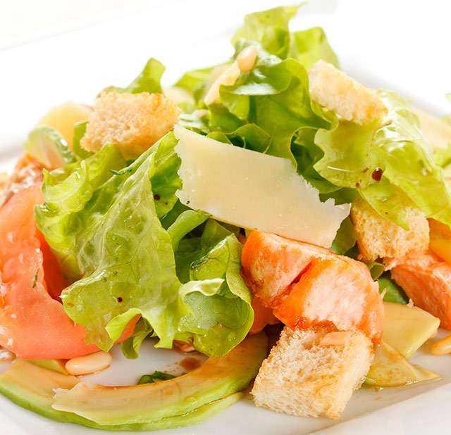 Как приготовить салат с форелью