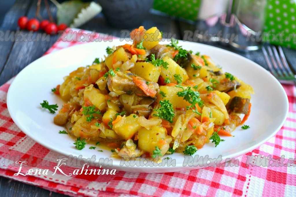 Жареная картошка с мясом и луком на сковороде