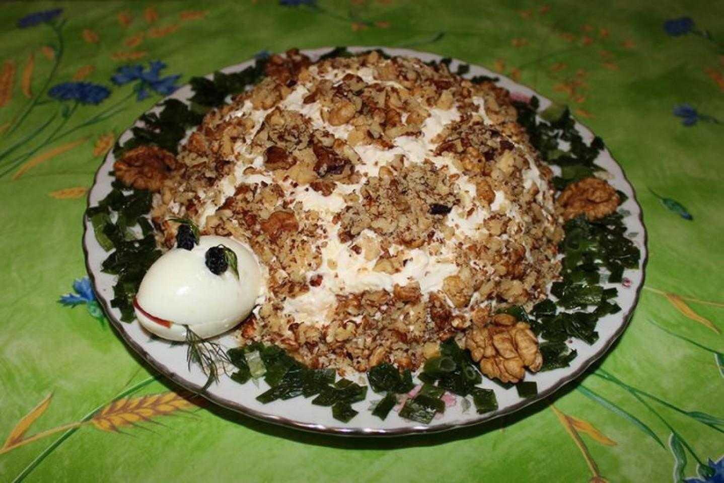 Салат «черепаха» - рецепты с орехами, виноградом, киви и черносливом