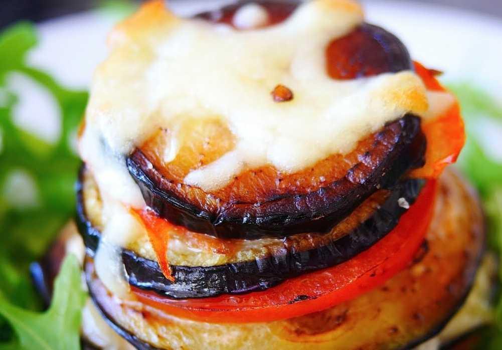 Закуска из запеченного баклажана помидора и моцареллы