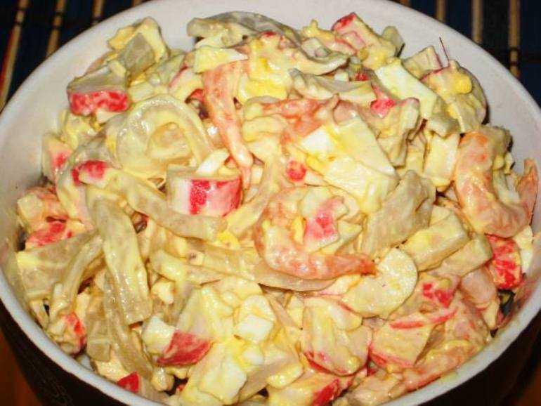Салат царский с красной икрой и кальмарами, креветками, семгой, крабовыми палочками, курицей, мясом, шампиньонами, с ананасами, черносливом: лучшие рецепты, фото
