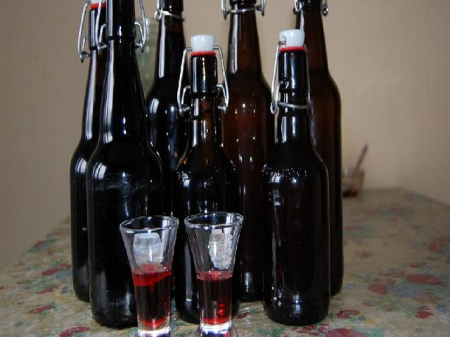 Амаретто из черемухи: как появился напиток, варианты приготовления ликера из различных составляющих растения, с чем подают и кому запрещено употреблять пьянящий нектар.