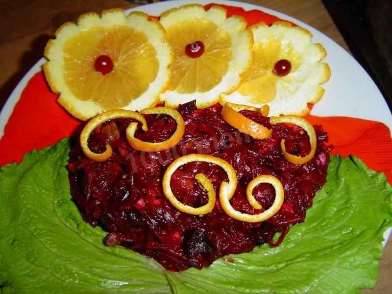 Салат из свеклы с изюмом и черносливом. 1000 самых вкусных постных блюд