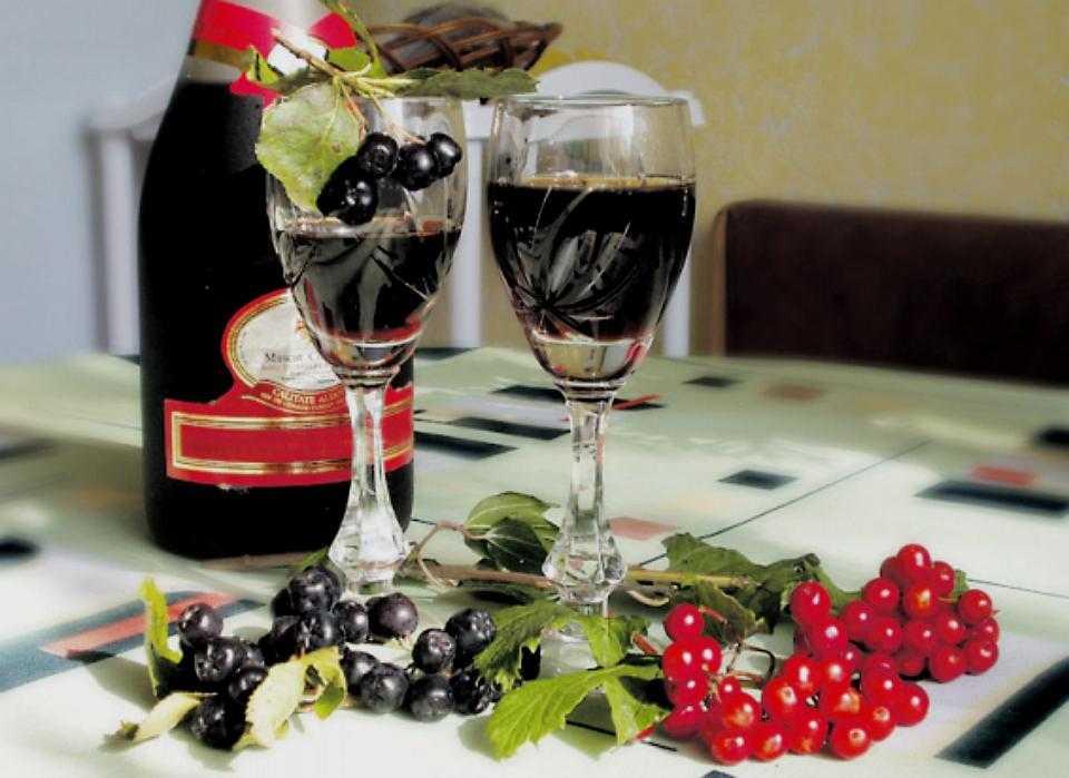 Ликер из черноплодной рябины в домашних условиях: 4 популярных рецепта
