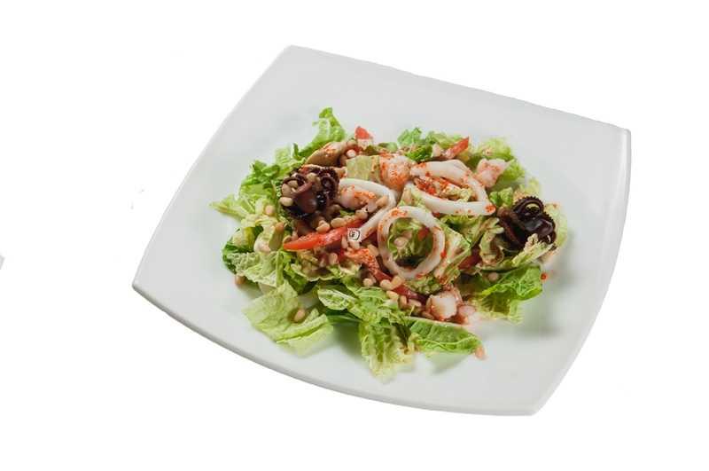 Салаты с креветками и кальмарами, 5 самых вкусных рецептов с фото