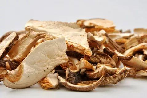 Сушеные шампиньоны: тонкости выбора и подготовки грибов. Способы сушки на нитке, в духовом шкафу, в печи, электросушилке, микроволновке, на свежем воздухе. Общие правила хранения продукта.
