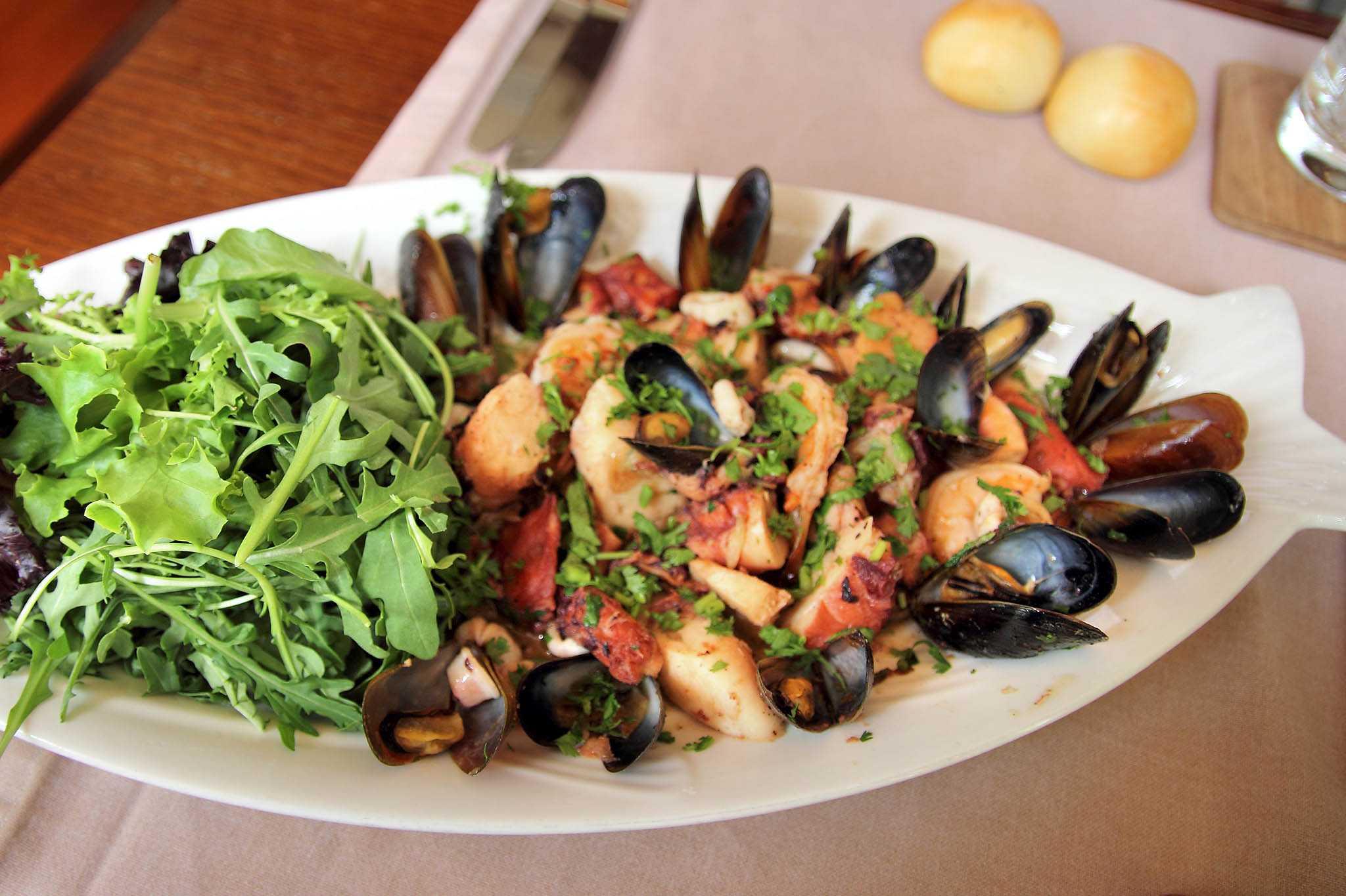 Салаты с мидиями: топ-10 рецептов, пошаговое приготовление