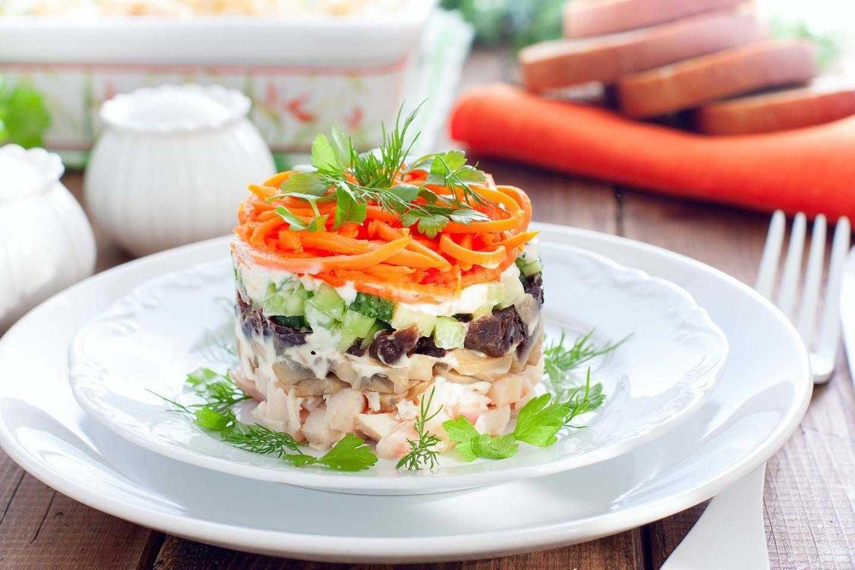 Салат слоями с жареными шампиньонами и курицей — wowcook.net
