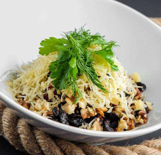 Салат с копчёной курицей, черносливом и грецкими орехами рецепт с фото пошагово - 1000.menu