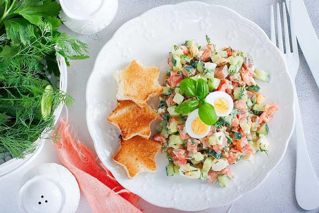 Простой салат с соленой красной рыбой