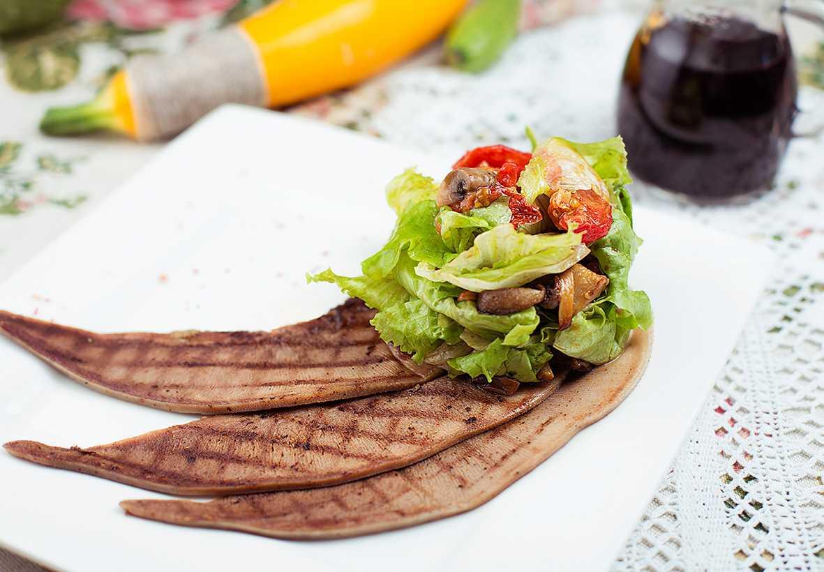 Мясной салат с говядиной, свеклой и яблоками