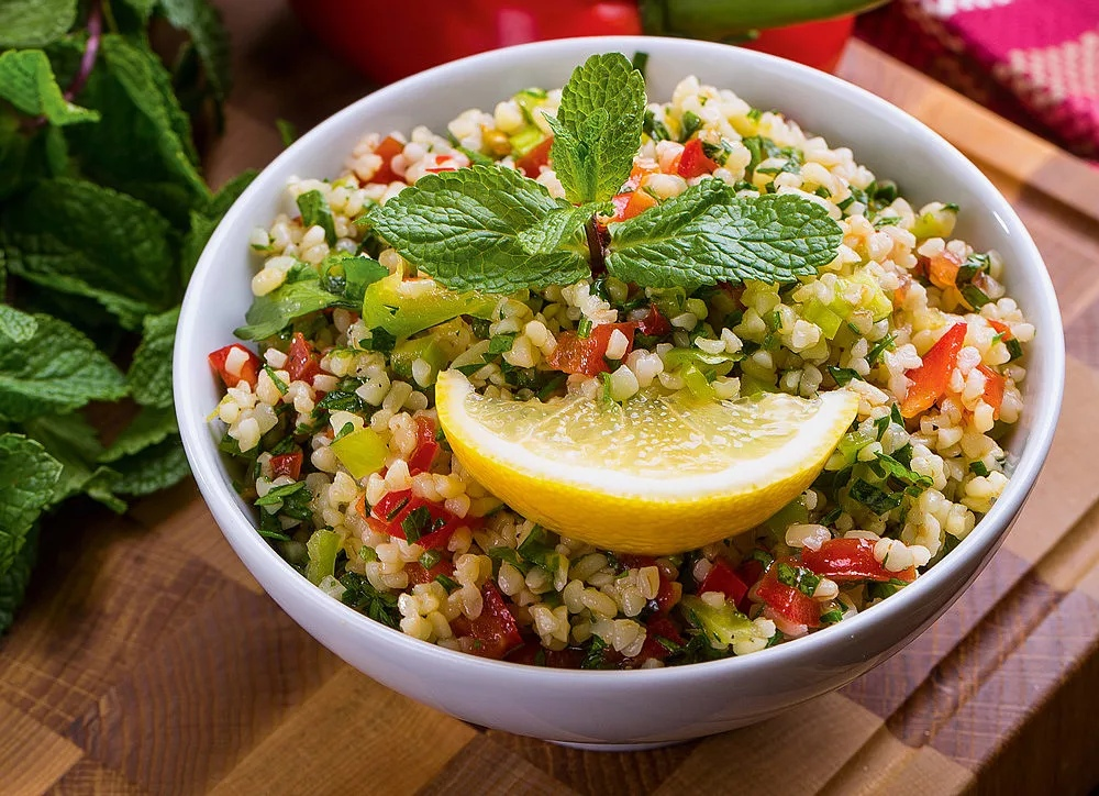 Салат с булгуром - сытная и питательная изюминка универсальной подачи: рецепт с фото и видео