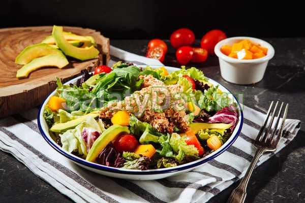 Салат с помидорами и фасолью - пикантная новинка для каждого застолья: рецепт с фото и видео