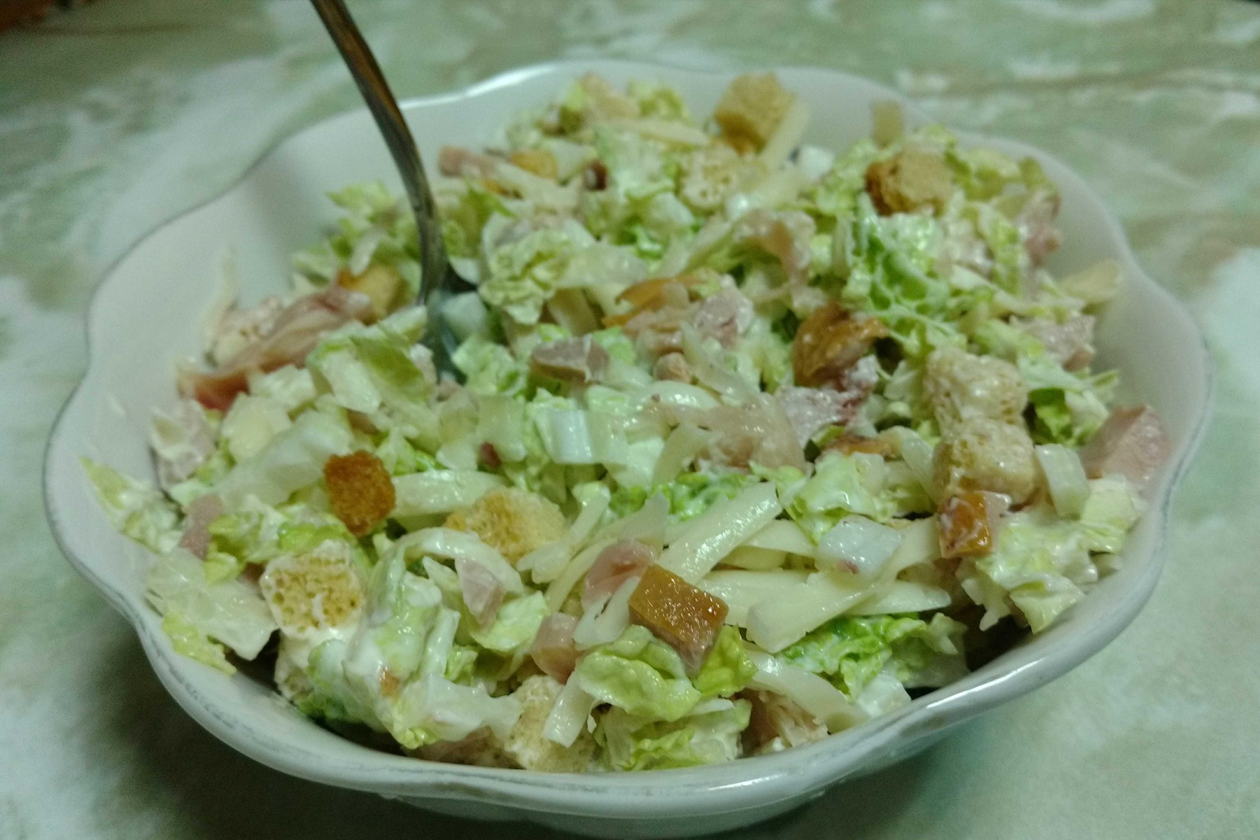 Салат из пекинской капусты с курицей сухариками и помидорами