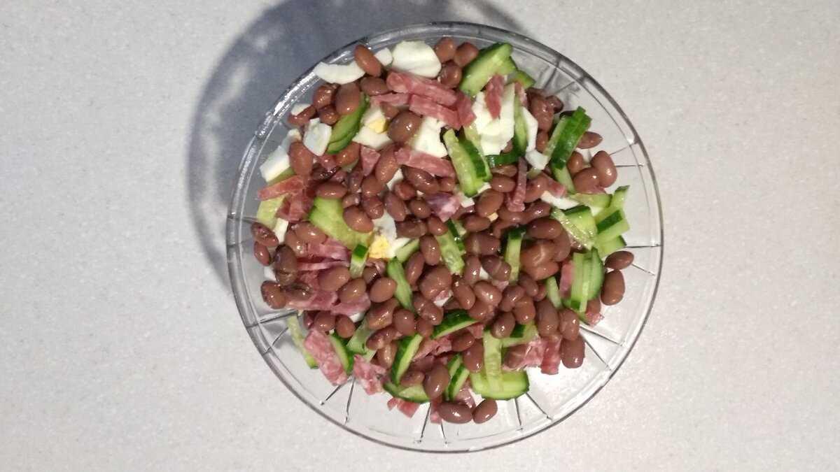 Очень вкусный салат с фасолью и копчёной колбасой — 7 самых простых рецептов