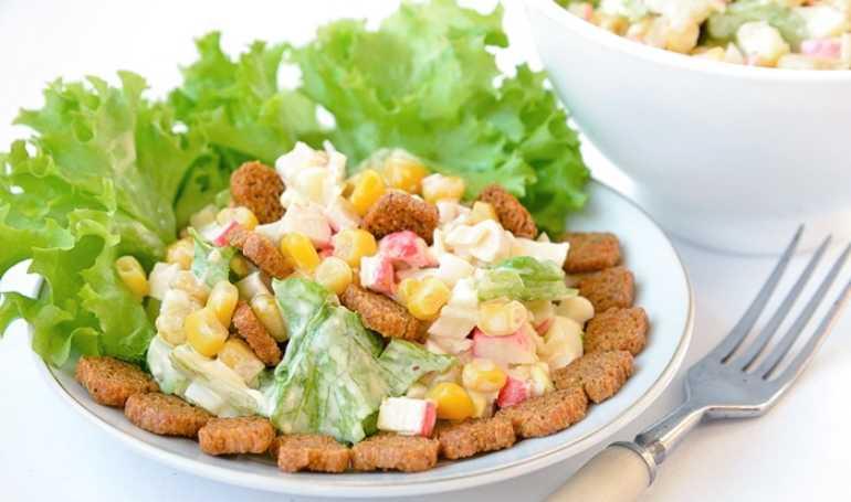 Салат с кириешками и копченой колбасой: рецепты с фото пошагово