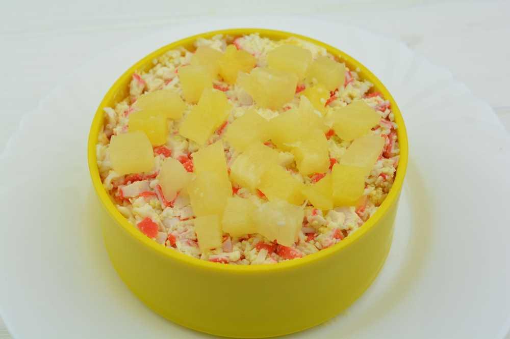 Крабовый салат с ананасами - пошаговый рецепт с фото