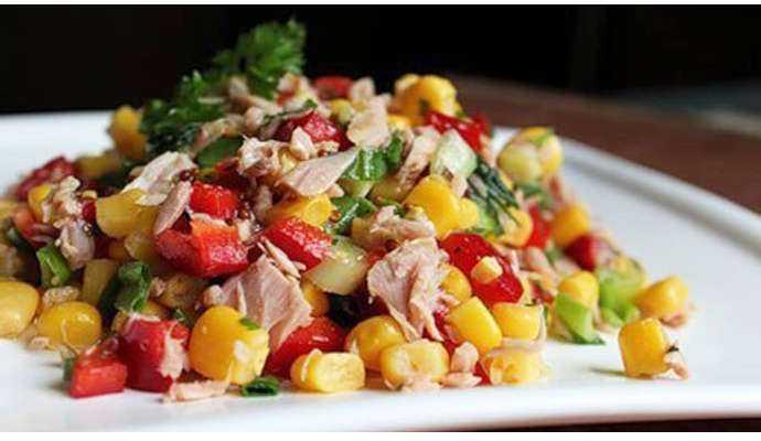 Салат с консервированным тунцом, кукурузой и яйцом