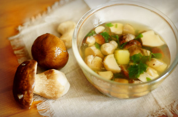 Изысканное обеденное блюдо: грибной суп пюре из замороженных грибов