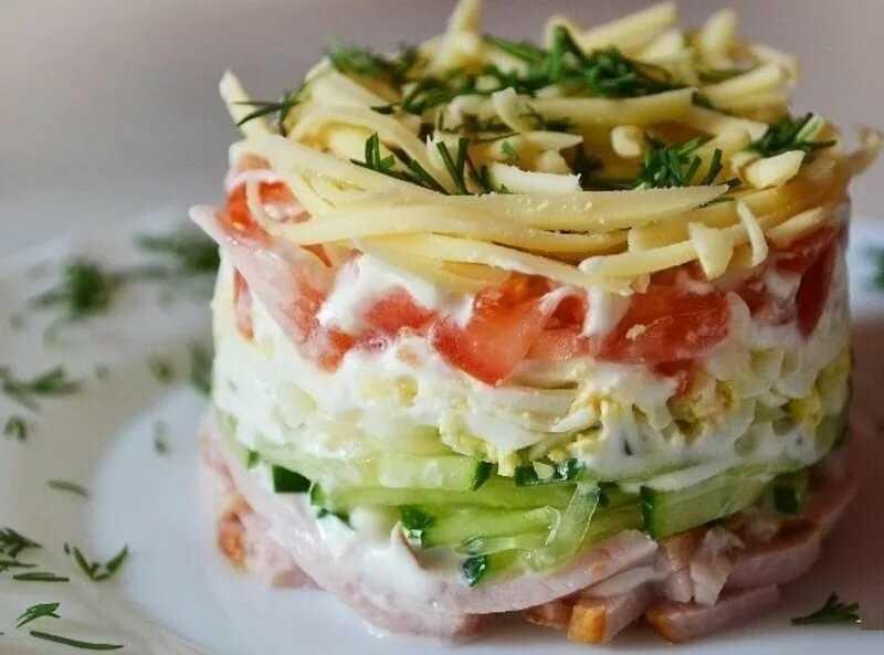 Салат с помидорами, сыром и яйцами пошаговый рецепт