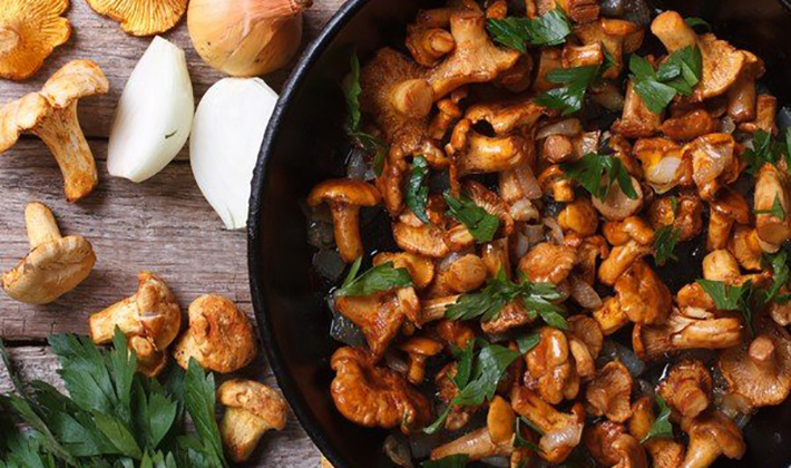 Жареные грибы с луком: как пожарить на сковороде, калорийность, рецепты с морковью, яйцом